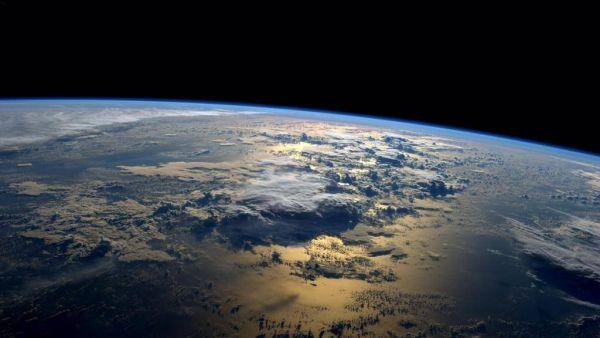 Солнце поднимается над Тихим океаном, освещая его. Фото сделано астронавтомРейдом Уайзманом 2 сентября 2014 года.
