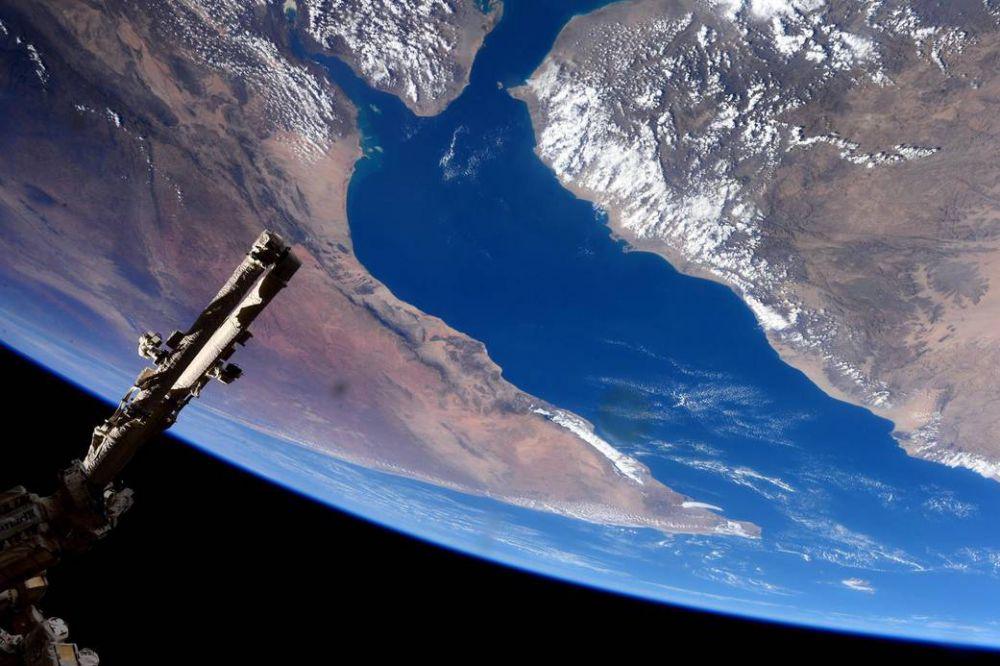 Астронавт Саманта Кристофоретти сфотографировала Международную космическую станцию на фоне Аденского залива в Африке.