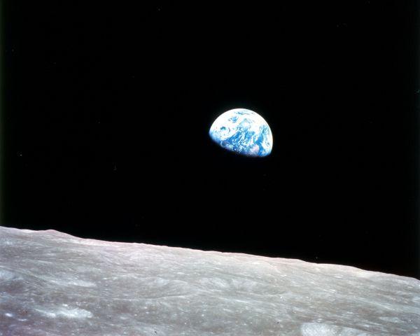 Снимок Земли со стороны Луны, сделанный астронавтом Уильямом Андерсом 24 декабря 1968 года во время полёта космического корабля «Аполлон-8» вокруг Луны.