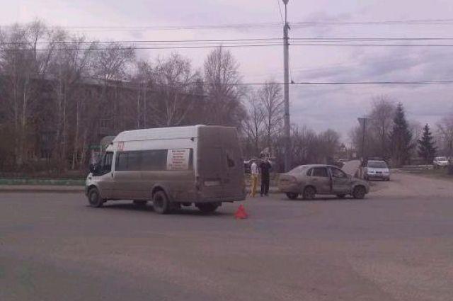 В Омске столкнулись маршрутка и ВАЗ.