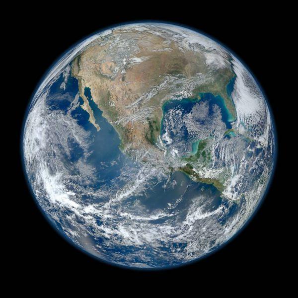 «Голубой шарик» - на сегодняшний день самое подробное изображение Земли. Фото сшито из множества снимков планеты, сделанных 24 января 2012 года.