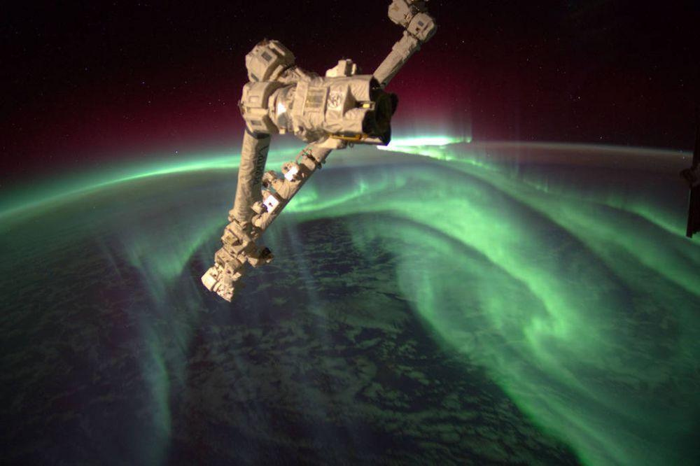Экипаж Еxpedition 32   на борту Межнурародной космической станции на фоне Южного сияния над Землей. Фото сделано 15 июля 2012 года.