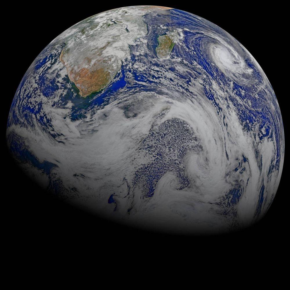 Вид на Землю из космоса. На фотографию попали Африка и окружающие ее океаны, также можно увидеть тропический циклон Joalane  над Индийским океаном. Фото сделано 9 апреля 2015 года.