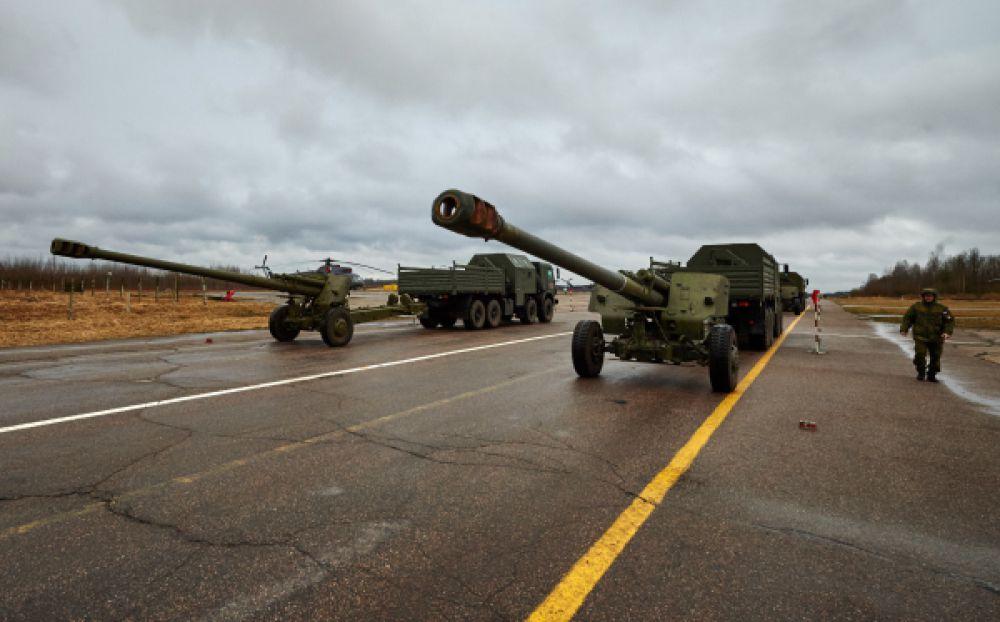 Механизированная колонна войск Санкт-Петербургского гарнизона демонстрируют гаубицы «Мста-Б» на репетиции Парада Победы.