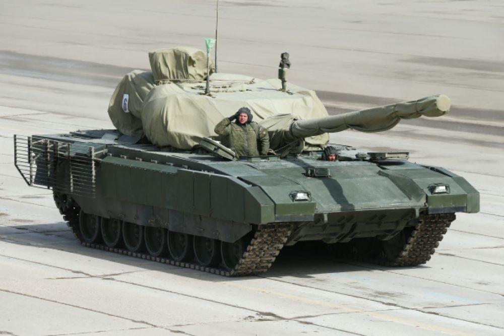 Танк на гусеничной основе «Армата» представляет военный во время подготовки к Параду Победы в Московской области.