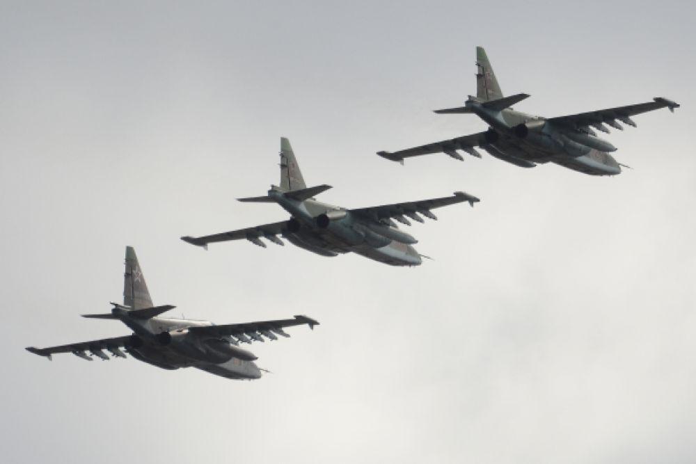 Штурмовики Су-25 в подмосковном небе тренируются перед Парадом Победы.