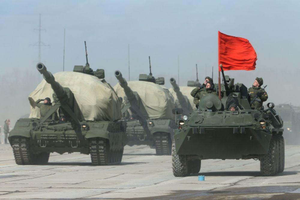 Колонна бронетранспортеров БТР-82А и самоходная артиллерийская установка «Коалиция-СВ».