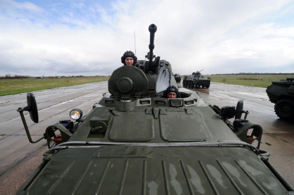 Военные демонстрируют бронетранспортер БТР-82А на репетиции Парада в Ростовской области.