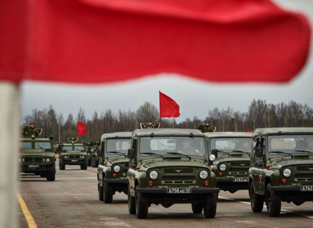 Механизированная колонна войск Санкт-Петербургского гарнизона представляют автомобили УАЗ-469 во время подготовки к Параду Победы.