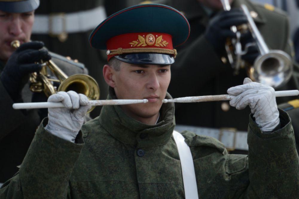 Военный барабанщик на репетиции Парада Победы в Алабино.