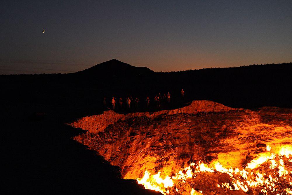 Газ идёт из-под земли, разделяясь на сотни горящих разновеликих факелов. В некоторых факелах языки пламени достигают 10—15 метров в высоту.