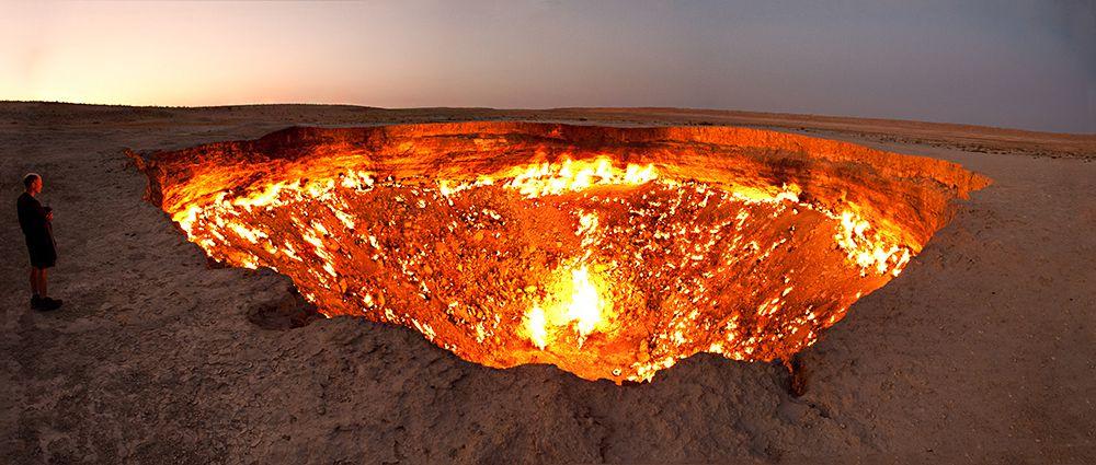 В 1971 году возле деревни Дарваза в Туркменистане советские геологи обнаружили скопление подземного газа. В результате раскопок и бурения разведочной скважины геологи наткнулись на подземную каверну (пустоту), из-за чего земля провалилась и образовалась большая дыра, наполненная газом.