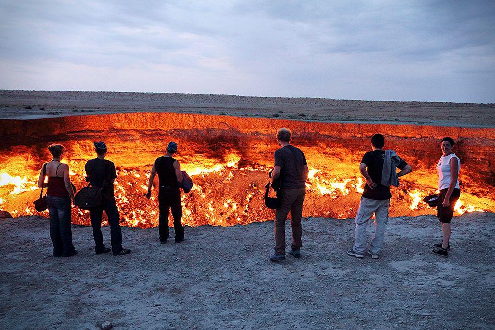 Деревня Дарваза в 2004 году была снесена. В 2010 году президент Туркменистана Гурбангулы Бердымухамедов посетил Дарвазу и заявил, что кратер должен быть засыпан, или должны быть приняты другие меры для ограничения его влияния на добычу газа на других месторождениях района.