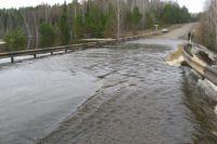 Уровень воды в реке Ириска резко поднялся, из-за чего и произошло подтопление дороги.
