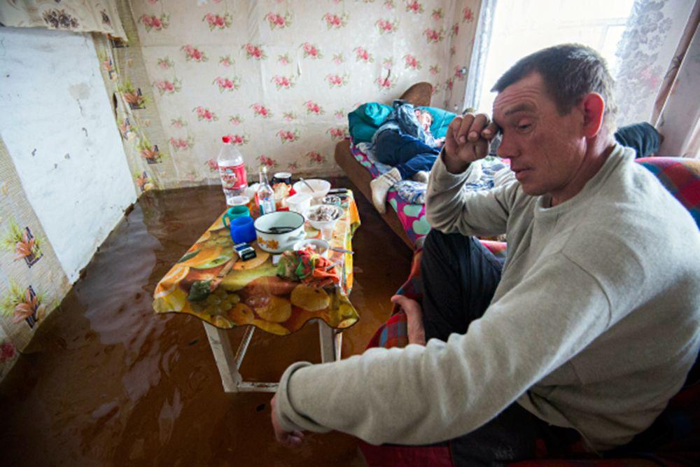 Кроме того, в Тарском районе в результате поднятия уровня воды в реке Шиш произошло подтопление двух домов в поселке Васис, в которых проживает восемь человек, в том числе два ребенка.