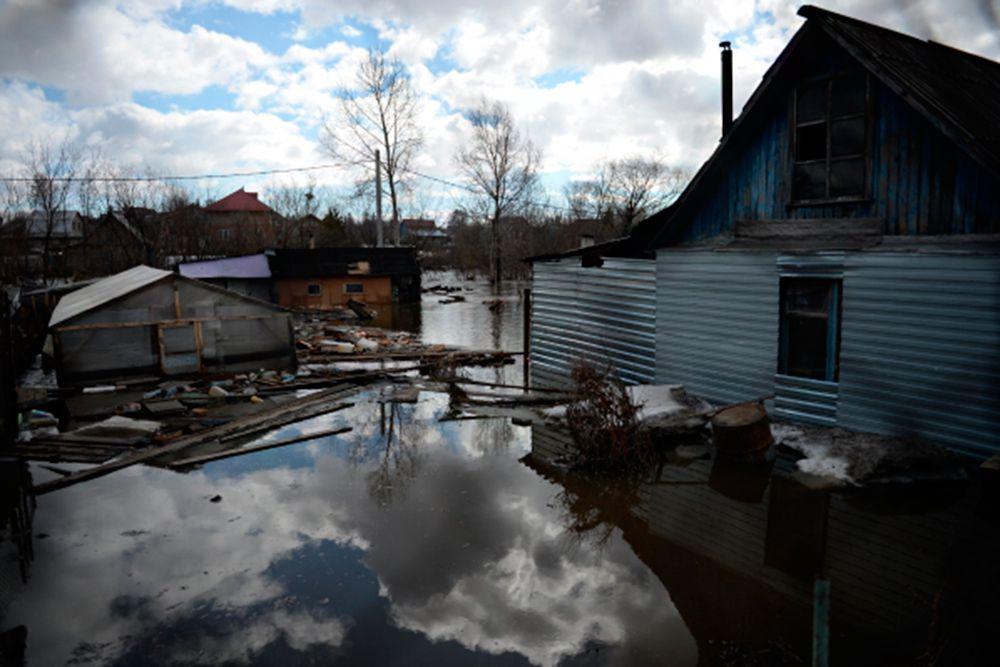Утром уровень воды в реке превысил критический (520 см). В 8:15 местного времени вода прорвала дамбу в районе коммунального моста, в результате чего был подтоплен один из частных домов по улице Ленинской.