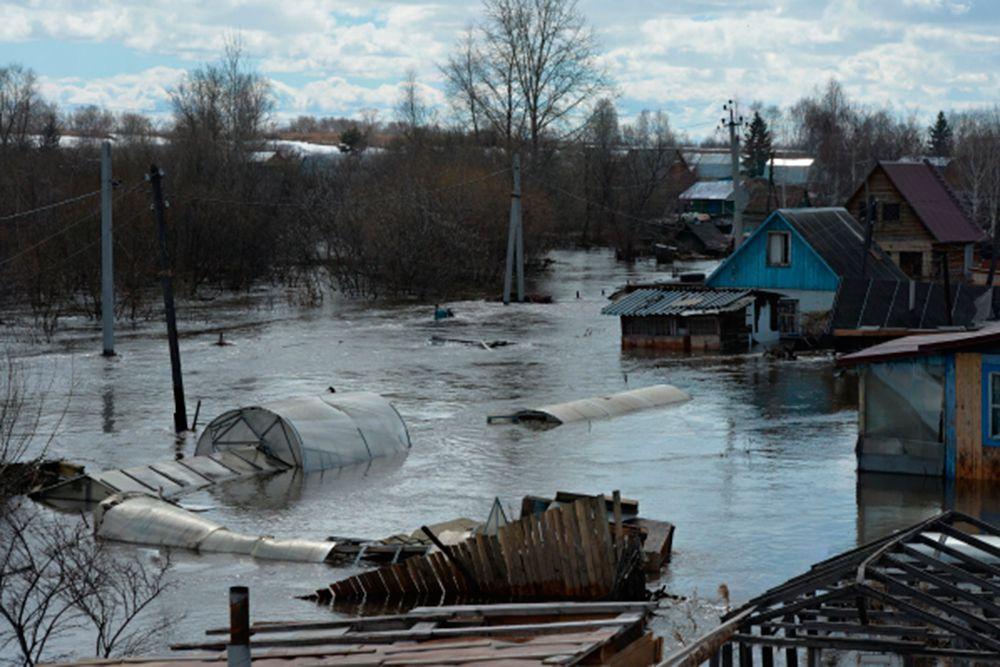 Еще три оперативные группы полицейских оказывают помощь жителям Маслянино в подготовке к эвакуации и спасению имущества граждан.
