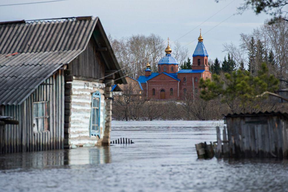 В Муромцевском районе Омской области остается подтопленной автомобильная дорога областного значения Омск - Седельниково (246 км). В результате воздействия воды, произошло подмывание и обвал одной полосы данной дороги на участке 7 м.