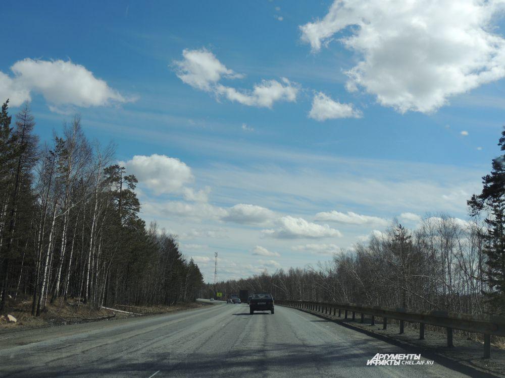Яркое, весеннее небо над трассой М5.
