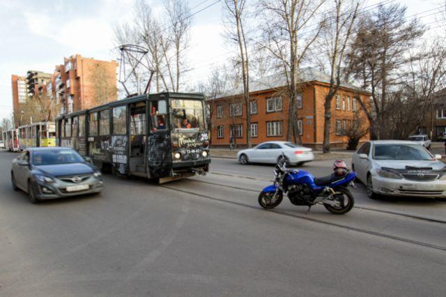 Авария заблокировала движение трамваев.