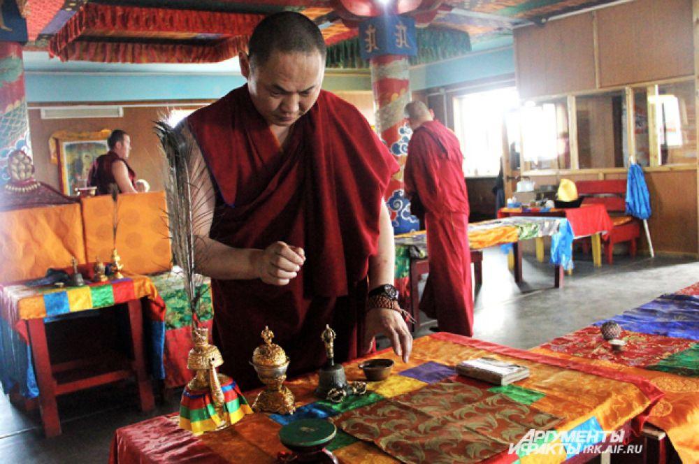 Ламы расставили все необходимые предметы для интронизации.