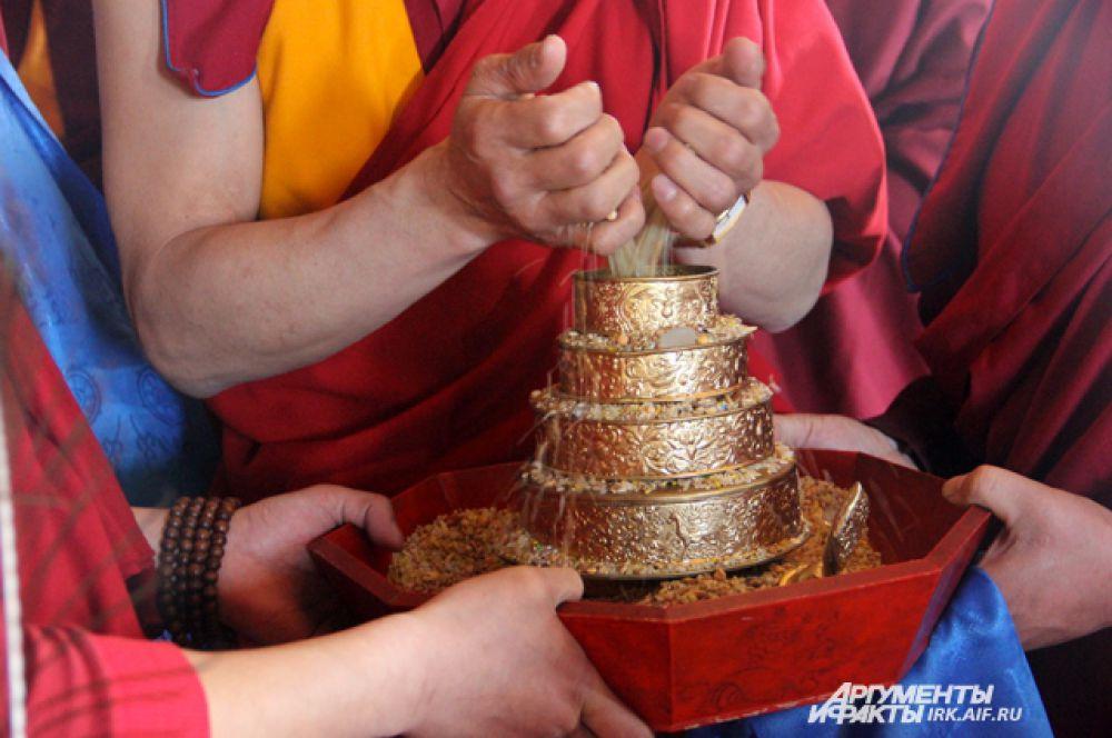 Рис и монеты символизируют достаток.