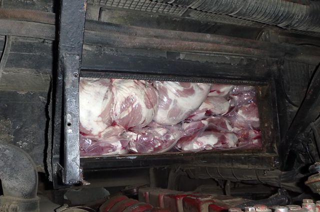 Чтобы достать мясо, сотрудникам таможни пришлось постараться.