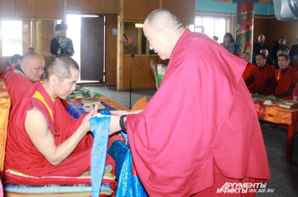 Настоятель иркутского дацана Биликто лама в знак уважения вручил хадак и денежный взнос на развитие Усть-Ордынского дацана.