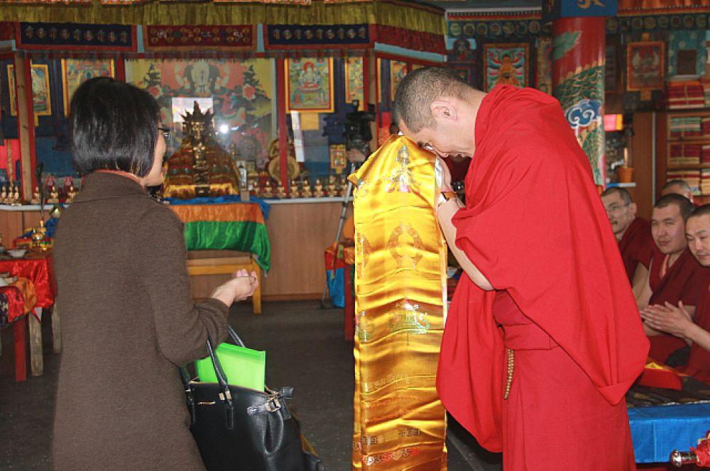 Прихожанка подарила Зоригто ламе золотой хадак, освященный самим Далай ламой.
