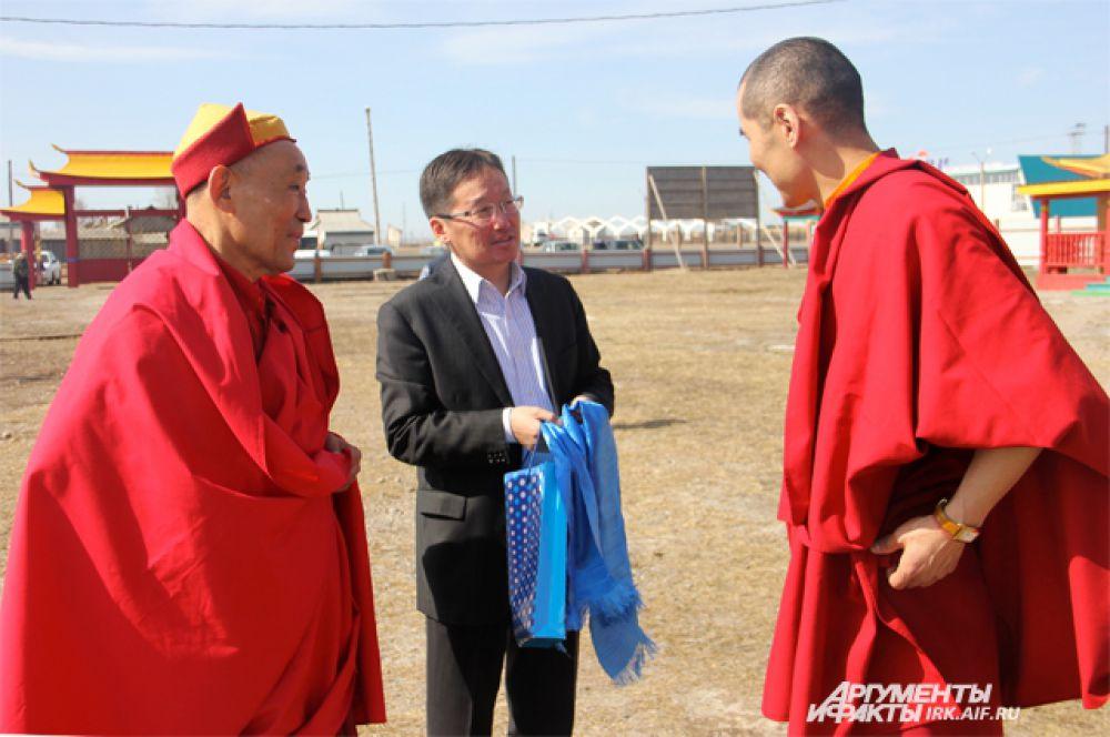 Генеральный консул представительства Монголии в Иркутской области почтил своим присутствием интронизацию и по будистской традиции подарил хадак - ритуальный синий шарф, как символ гармонии и согласия.