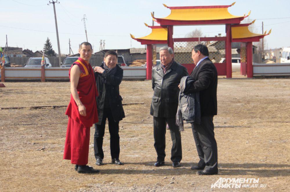 Зоригто лама принимает гостей из Бурятии - экс-мэра г. Улан-Удэ Геннадия Айдаева(второй справа) и главного редактора газеты «Бурятия» Александра Махачкеева (второй слева).