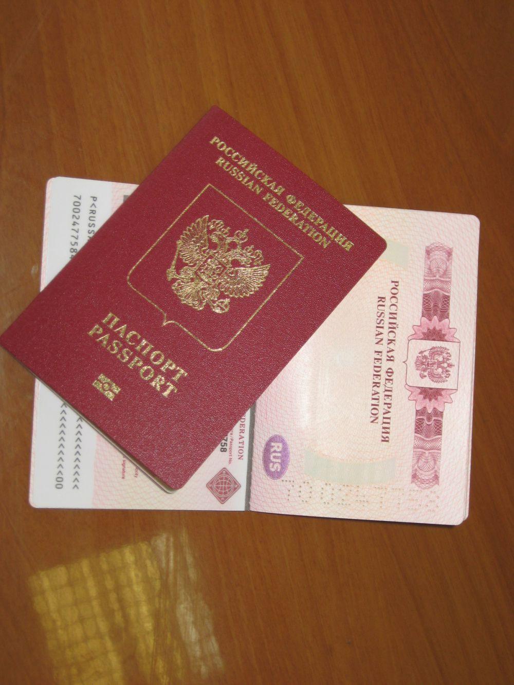 23 апреля. ФМС предлагает разрешить россиянам пользоваться сразу двумя загранпаспортами.