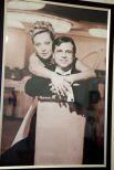 Большое фото с юбилея свадьбы украшает гостиную