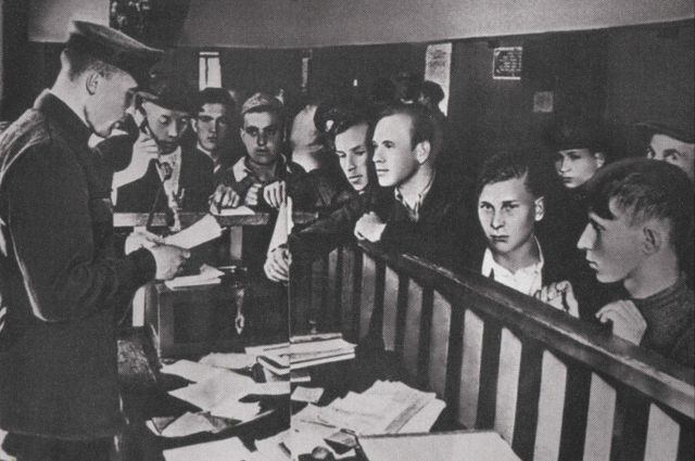 Добровольцы в одном из ярославских военкоматов. 1941 год.