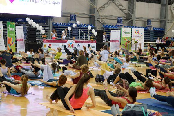 Первое мероприятие, начавшееся в девять утра, - благотворительный йога-марафон.