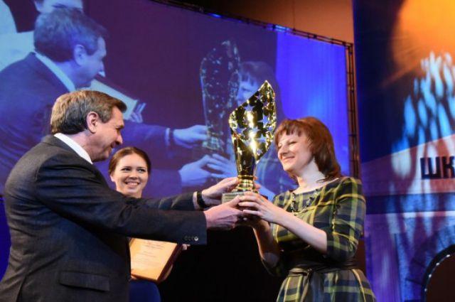 Владимир Городецкий награждает победительницу