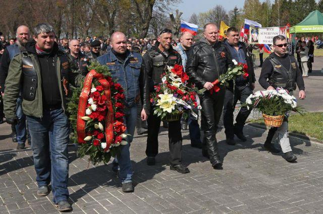 Польские и российские байкеры возложили цветы к крупнейшему в Европе мемориалу.