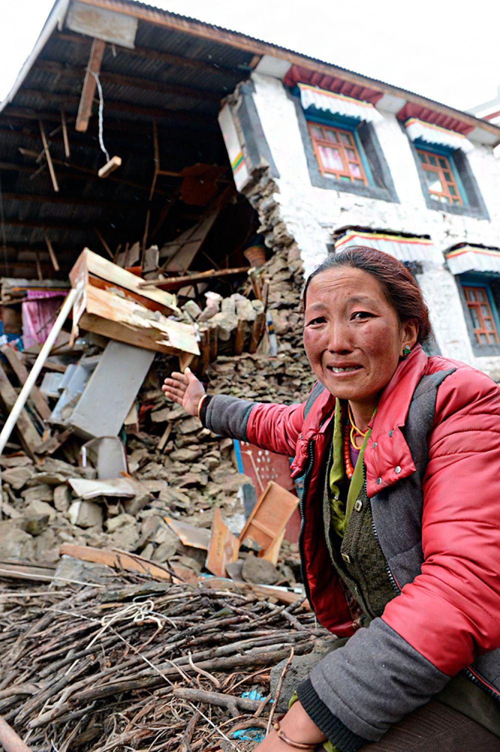 В Катманду царит опустошение. У переживших землетрясение подчас нет самого необходимого, как нет и пути домой.