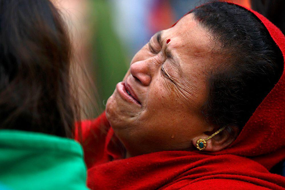 Число погибших возросло до 3725, сообщает в понедельник непальский телеканал Nepal 1. Землетрясение магнитудой 7,9 произошло утром в субботу в Непале. Толчки были зафиксированы в 06.11 (09.11 мск), за ними последовали еще несколько афтершоков.