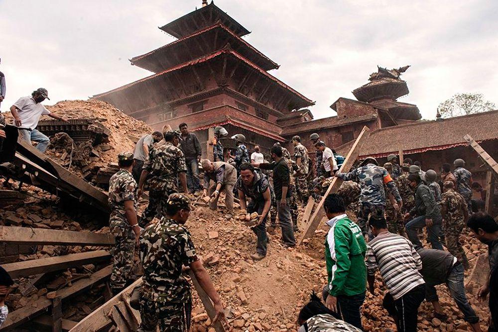 Разрушены такие исторические памятники, как девятиэтажная башня Дхарахара (башня Бхимсена) с винтовой лестницей - главная достопримечательность Катманду.
