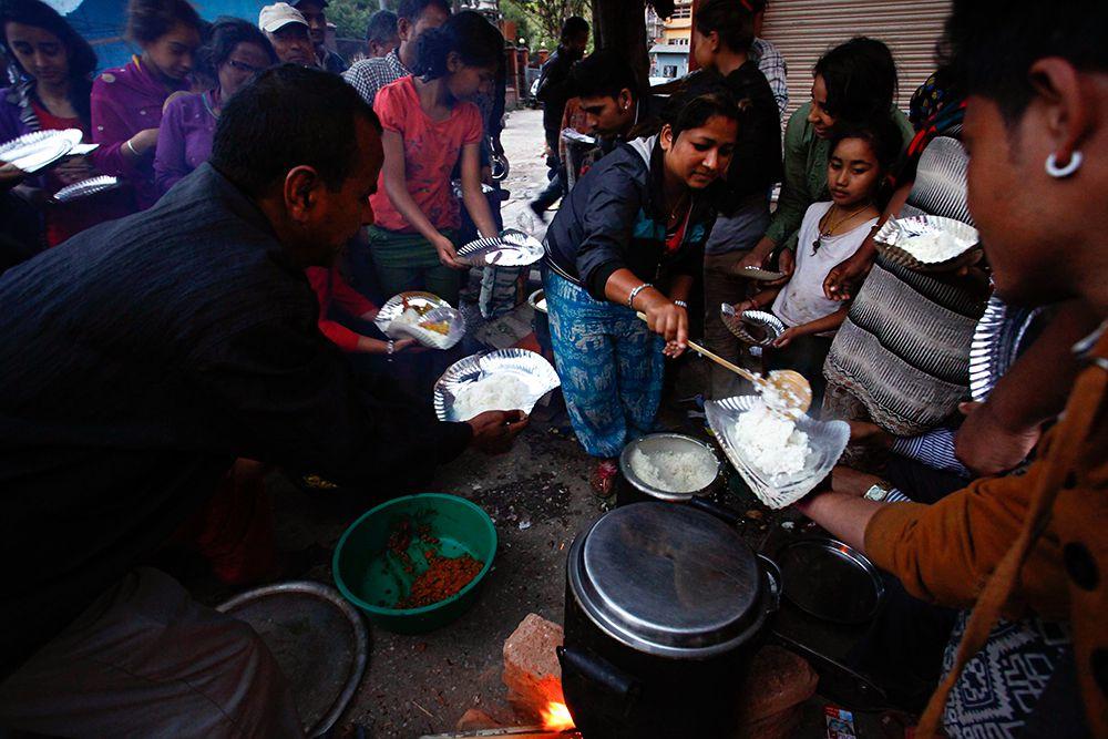 Людям еда раздается бесплатно, но ее количество быстро сокращается.