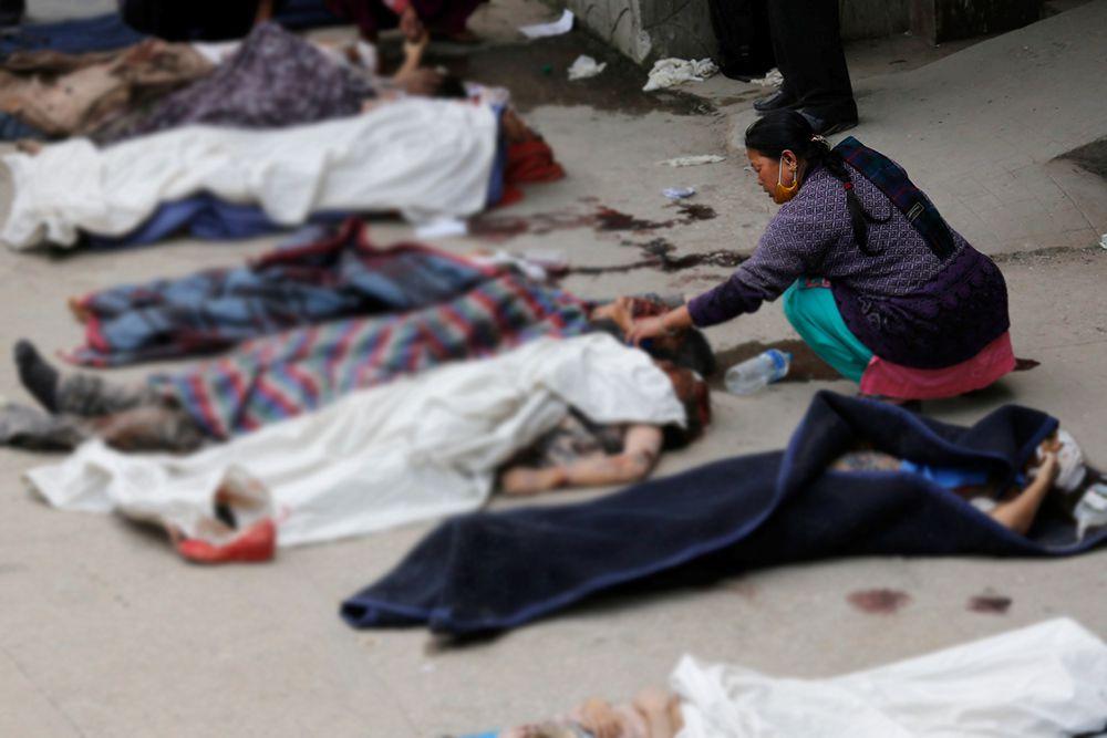 После мощного землетрясения в субботу власти Непала объявили режим ЧС в стране. В поисково-спасательной операции участвуют военные.
