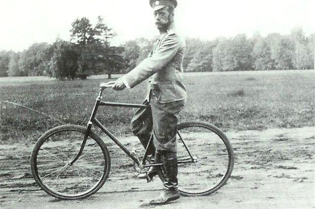 Император Николай II на велосипеде.