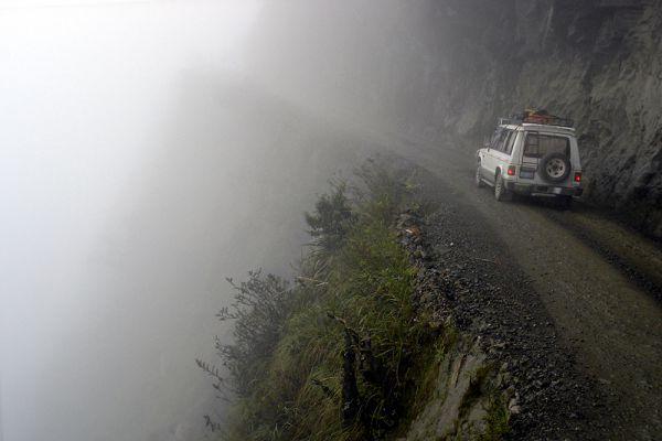Очень сложно назвать дорогой в привычном понимании «Дорогу смерти», пролегающую по Боливийским Андам. Достаточно незначительной ошибки, которые совершают даже опытные водители, и можно сорваться в пропасть.