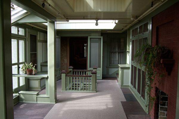 Строительство дома шло все 38 лет что Сара жила после этого предсказания. Сейчас в 160 комнатах этого огромного дома живут призраки ее безумия - двери, открывающиеся посреди стены; лестницы, ведущие в потолок; крюки, канделябры, паучьи мотивы. В доме часто слышат хлопанье дверей, звук шагов по ночам, движущиеся огни и другие пугающие явления.