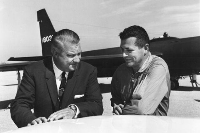 Келли Джонсон и Фрэнсис Гэри Пауэрс на фоне самолета U-2.
