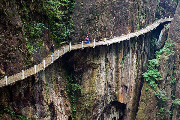 Горный хребет Хуаншань, расположенный в массиве китайских Жёлтых гор, пересекает пешеходная дорога, один из участков которой проходит по мосту, называемом местными «Мост бессмертных». Если вы когда-либо хотели проверить своё бесстрашие, то данное место точно для вас.