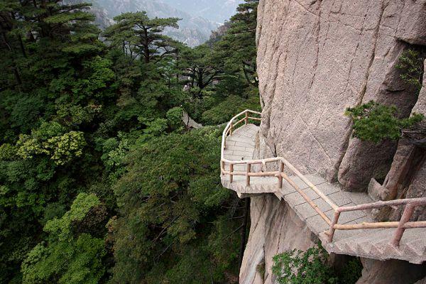 Однако главное испытание на хребте Хуаншань представляет тропа, состоящая лишь из хлипких досок и цепей, за которые необходимо держаться, чтобы не рухнуть в пропасть.