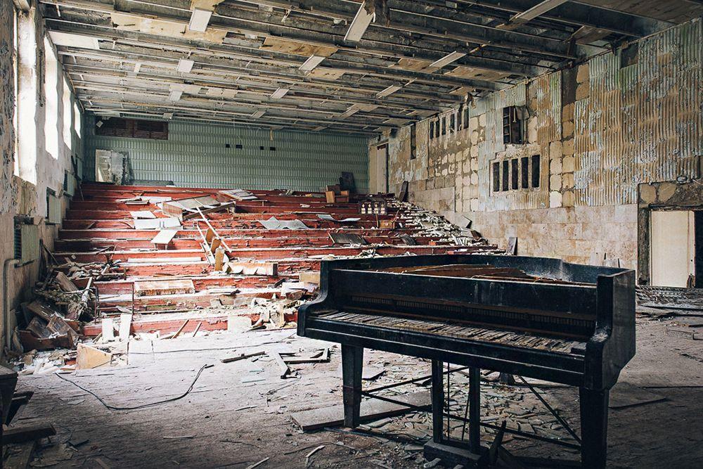 Сейчас, когда уровень радиации упал до относительно безопасного на время краткосрочного визита, Чернобыльскую зону открыли для туристов. Экскурсии в Чернобыль практически одинаковы, поскольку перемещения в зоне отчуждения сильно ограничены. Как правило, туристы выезжают из Киева на автобусе, затем пешком следуют до ЧАЭС, проходят по ней экскурсией, смотрят на «Саркофаг». Можно побродить по улицам города-призрака Припяти и посетить стоянки зараженных транспортных средств. А также встретиться с местными самоселами, жителями.