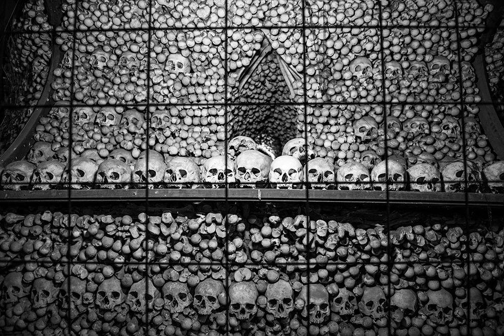 Костнице (Музей-костехранилище) в Чехии. История создания Костницы началась когда аббат Йиндржих в 1278 году привез горсть святой земли с Голгофы и рассыпал ее на местном кладбище, которое с тех пор стало очень популярным, ведь всем хотелось покоиться в святой земле. Много захоронений приходится на 14 век, когда во время эпидемии чумы здесь было погребено более 30 тыс человек.